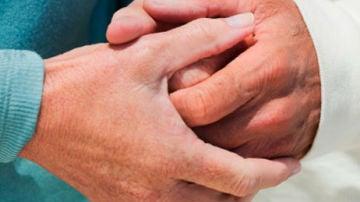 manos entrelazadas de dos personas