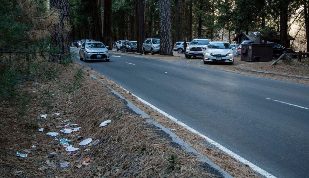 Restos de basura en una cuneta de una carretera del Parque de Yosemite