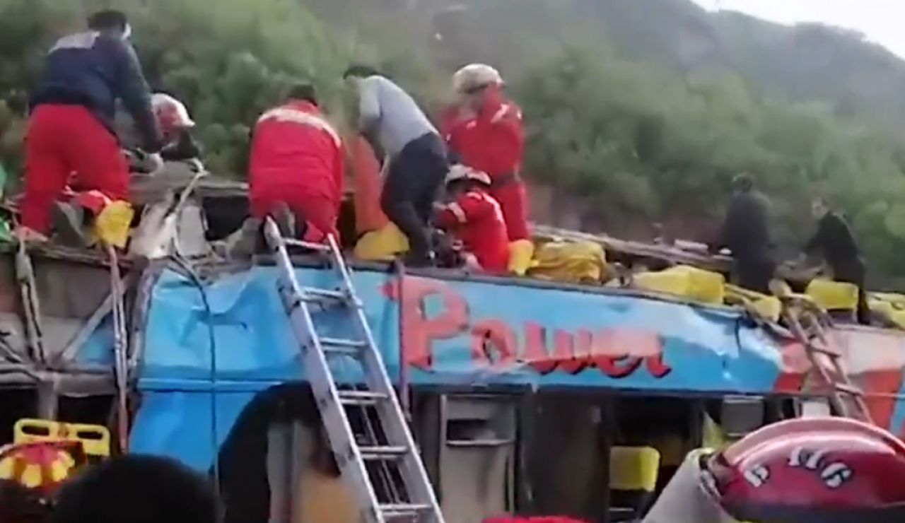 Siete fallecidos al caer un bus escolar en un barranco