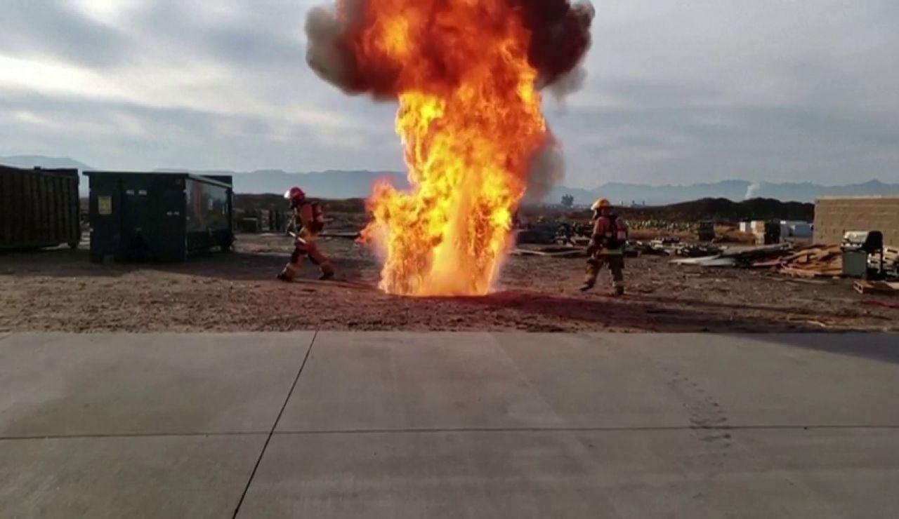Los bomberos muestran el peligro de freír mal un pavo para Acción de Gracias