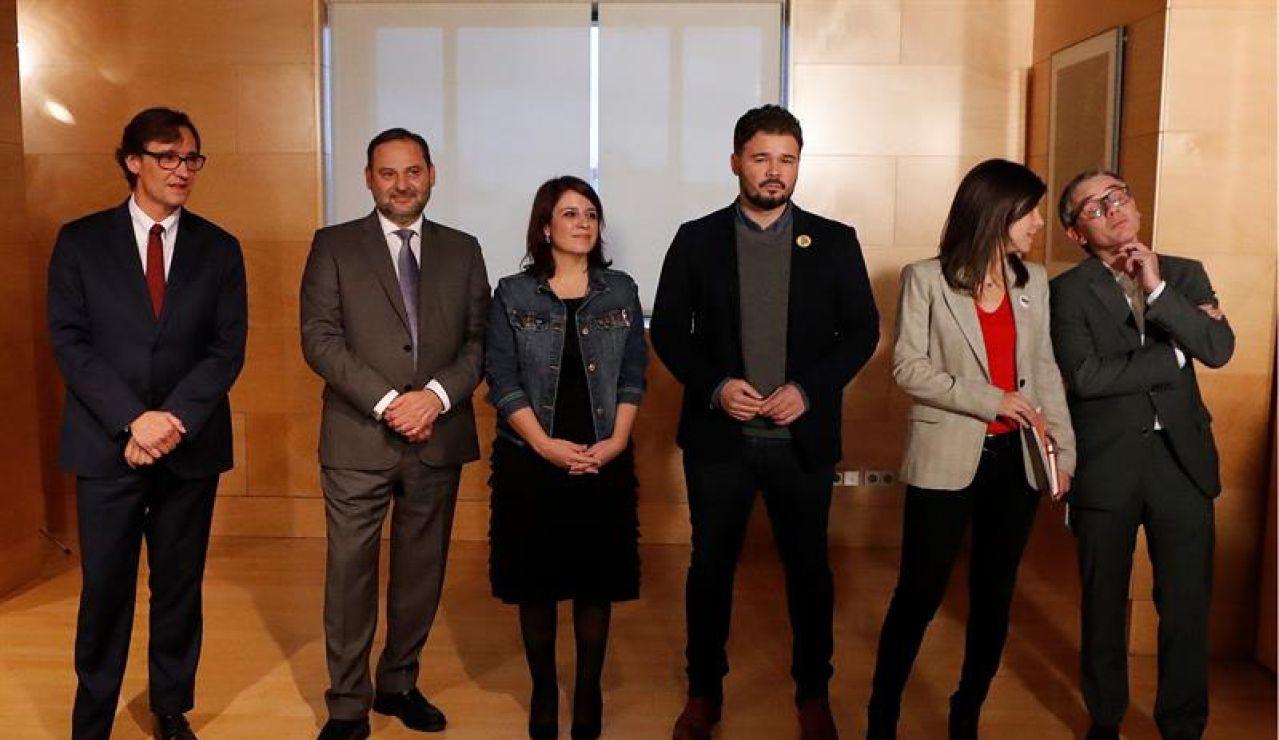 Las delegaciones de PSOE y ERC posan antes de su reunión en el Congreso