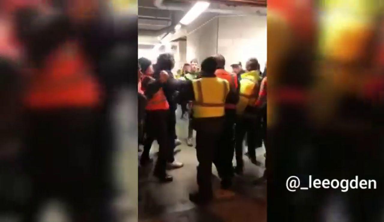 Brutal puñetazo de un steward a un aficionado en la cara