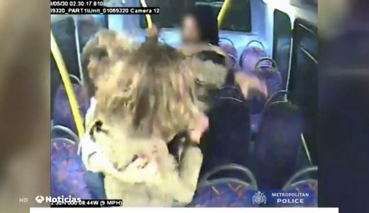 Salen a la luz las imágenes del ataque homófobo a dos mujeres en un autobús de Londres