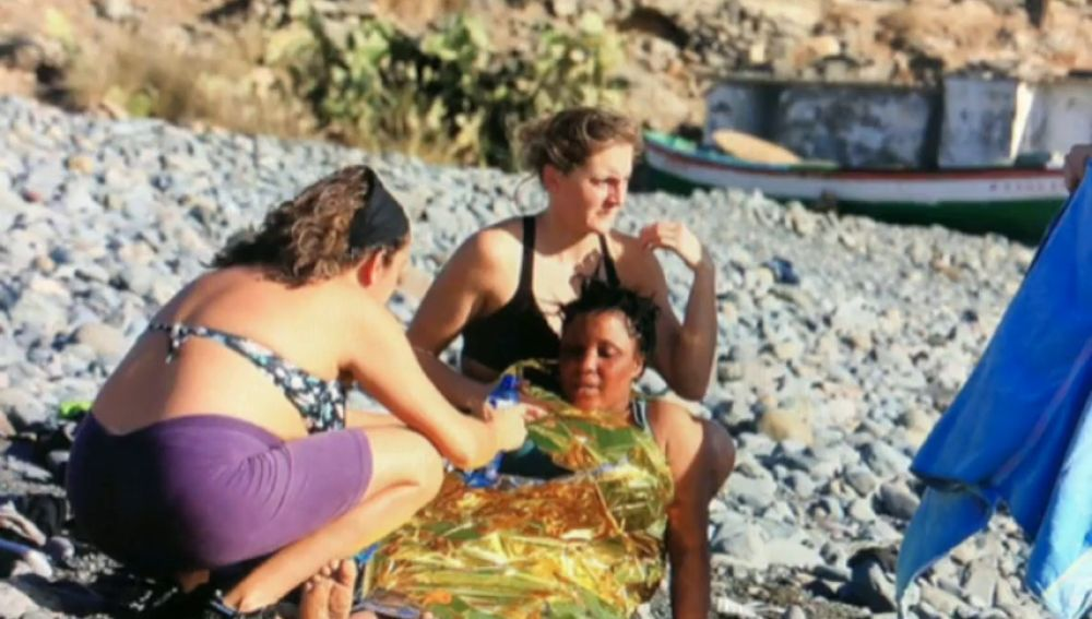 Los bañistas auxilian a 24 inmigrantes que llegaron en patera a Gran Canaria