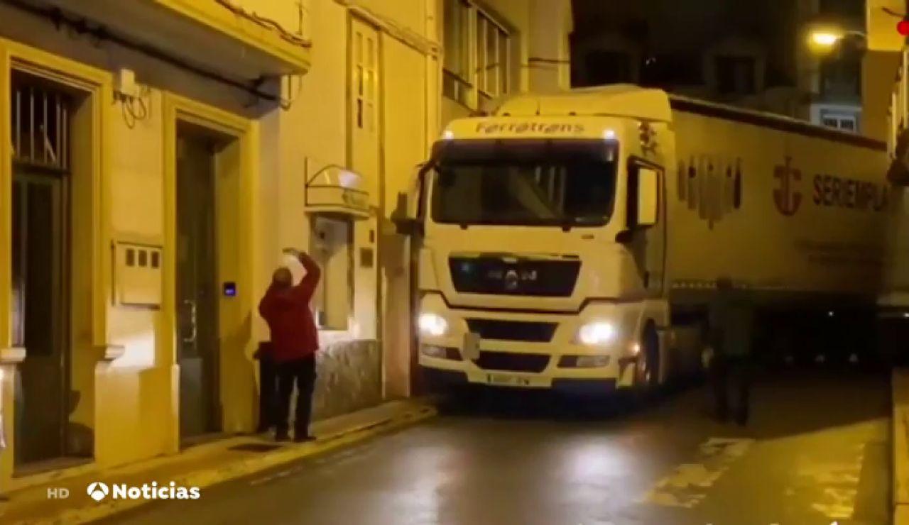 """Un camión de gran tonelaje uedó """"atrapado"""" en las calles de Malpica, en A Coruña. Con la ayuda de los vecinos y con MUCHAS maniobras al final consiguió salir"""