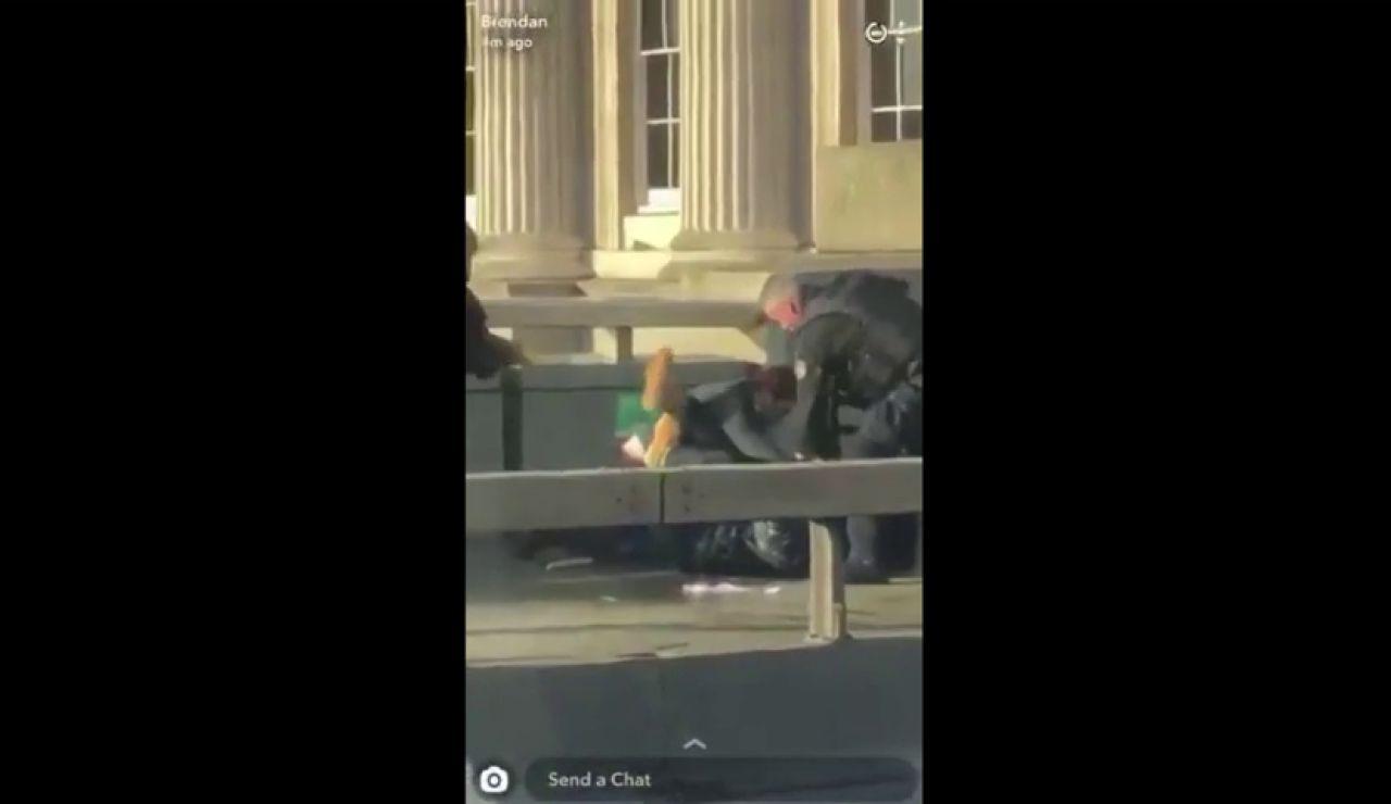 El momento en el que la Policía abate al sospechoso en el Puente de Londres