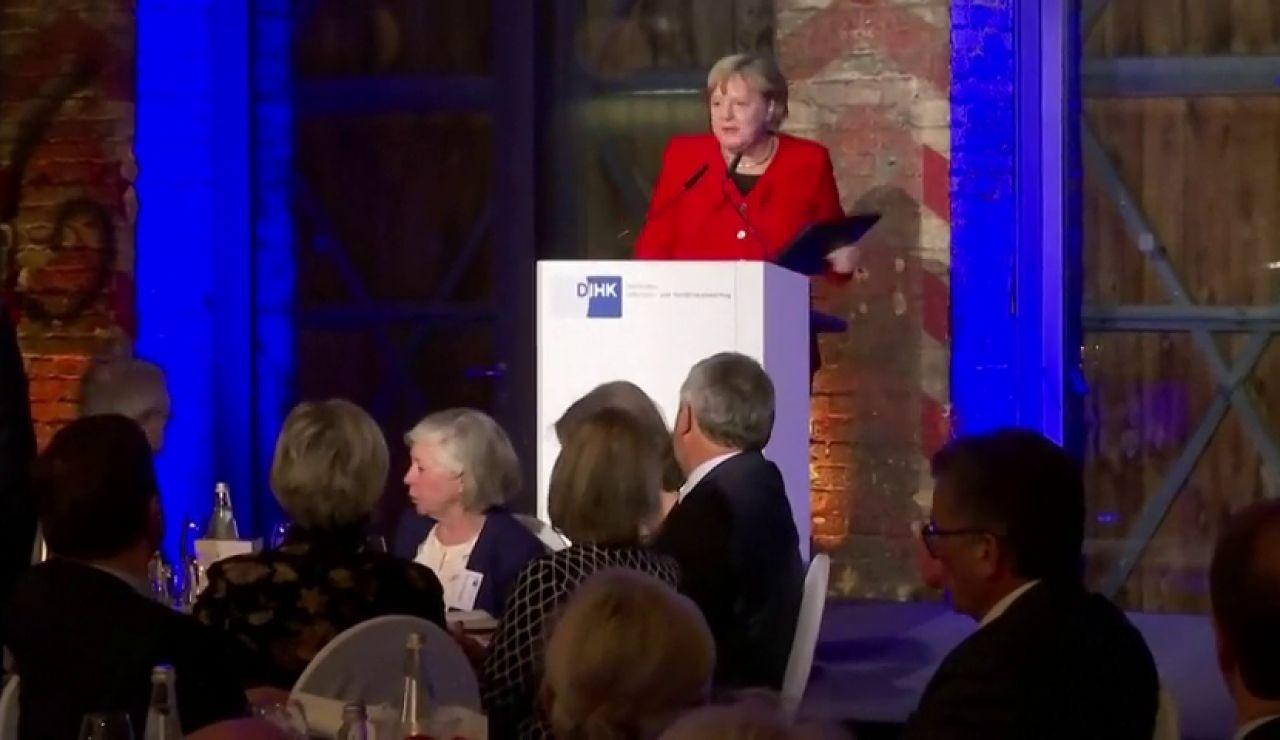 Angela Merkel se tropieza en un acto en Berlín