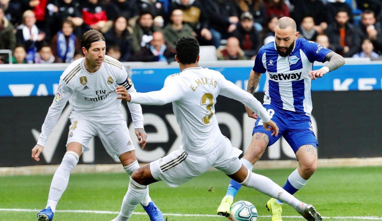 Jugadores del Alavés y el Real Madrid disputan un balón