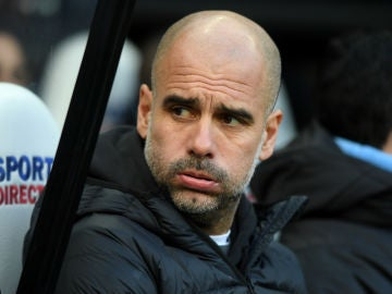 Guardiola resopla en el banquillo
