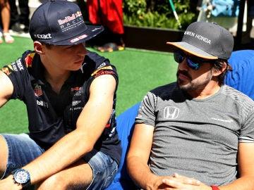 Max Verstappen y Fernando Alonso mantienen una conversación