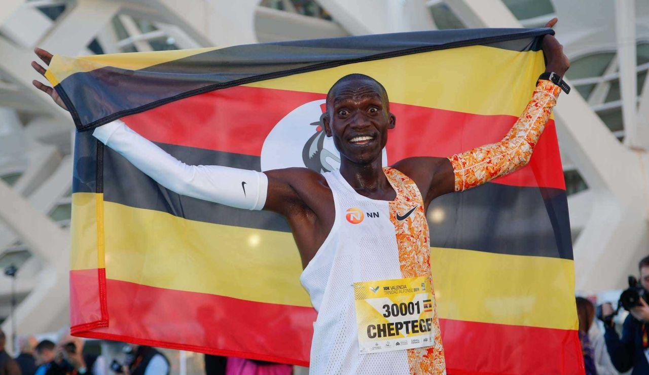 Joshua Cheptegei celebra su récord del mundo