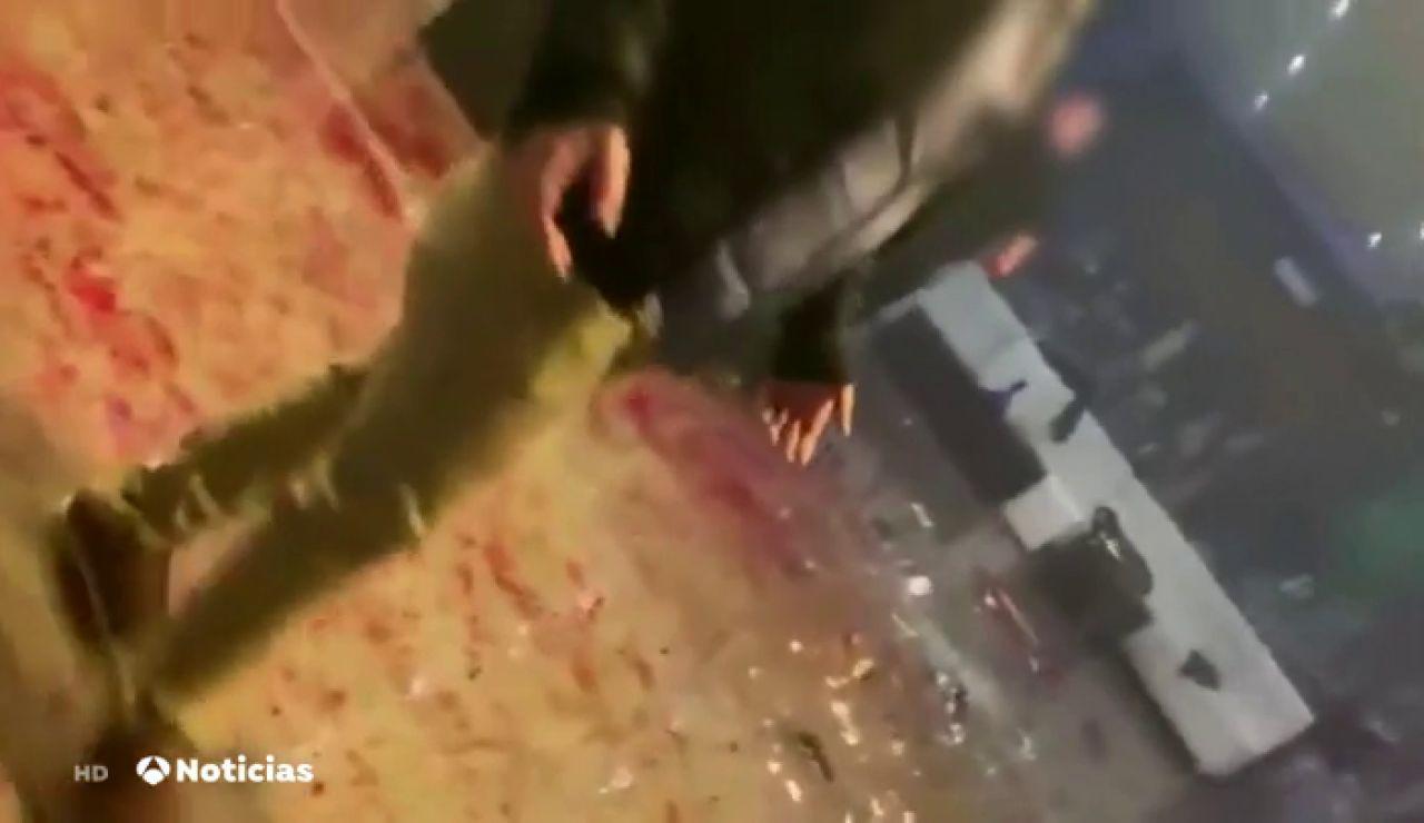Brutal pelea por una botella entre dos grupos de personas en un bar de copas de Dos Hermanas