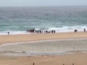 Así fue la llegada y huida de decenas de personas en patera a una playa de Tarifa