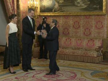 El singular saludo del representante iraní a la reina