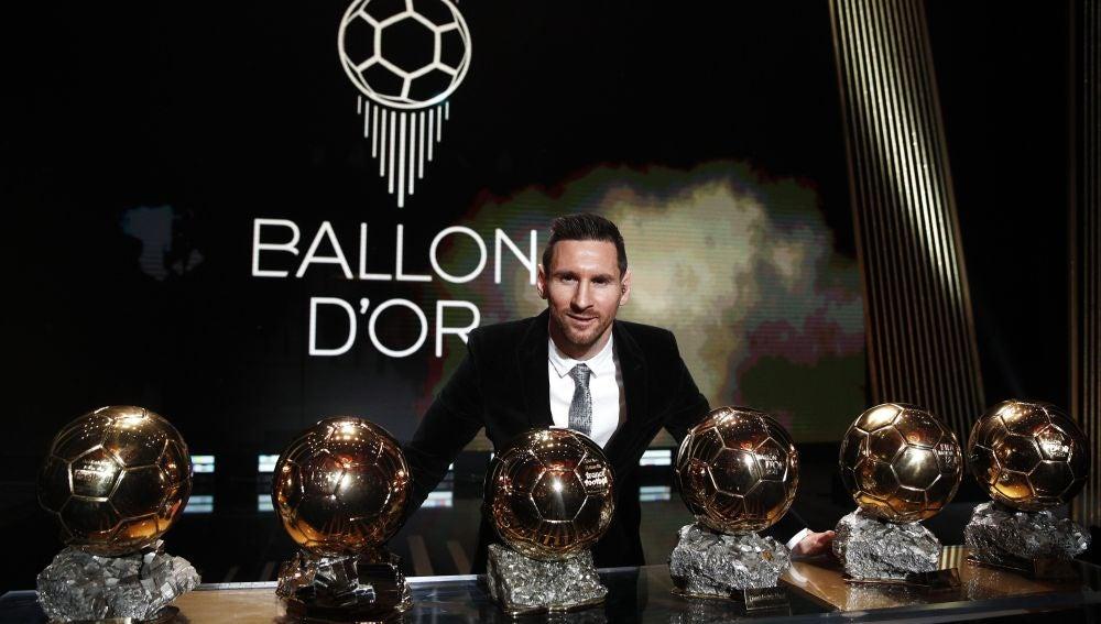 Leo Messi posa con sus seis Balones de Oro