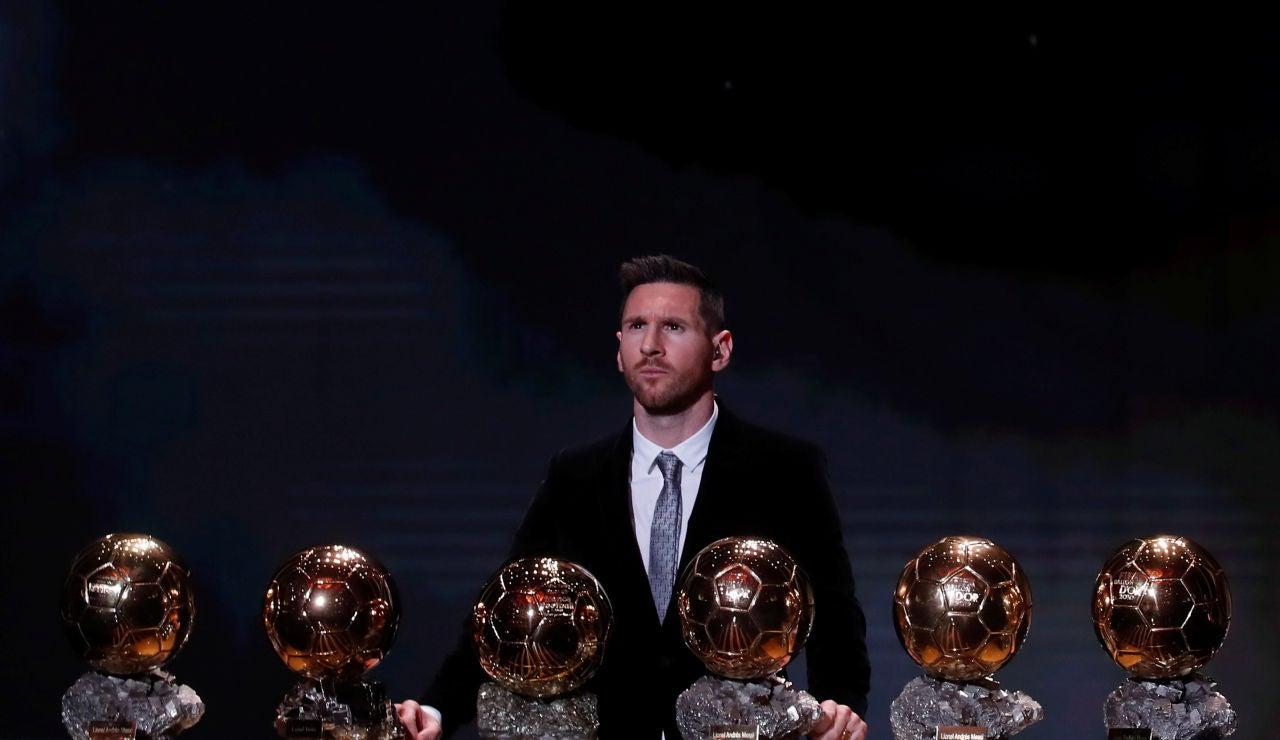 Leo Messi, posando con sus seis Balones de Oro