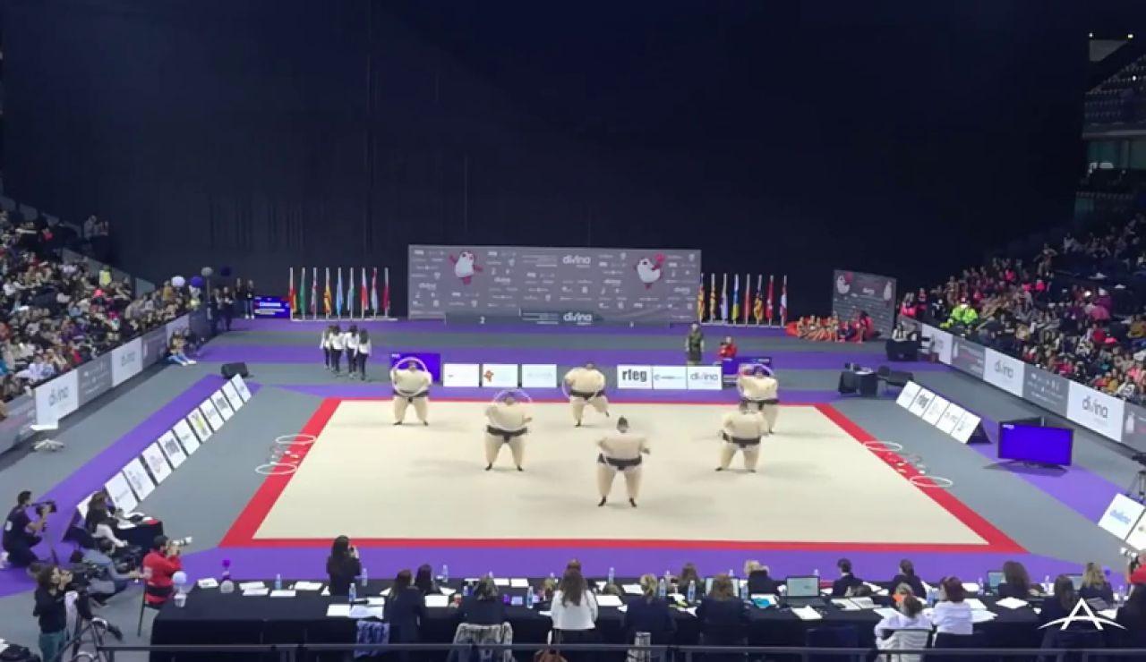 La exhibición viral de los 'Arrítmicos de Ansoáin', unos padres de niñas gimnastas disfrazados de sumos