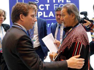 Almeida y un activista indígena