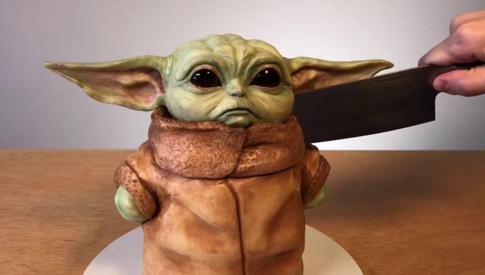 Baby Yoda hecho tarta