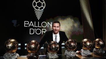 Leo Messi posando con sus seis Balones de Oro