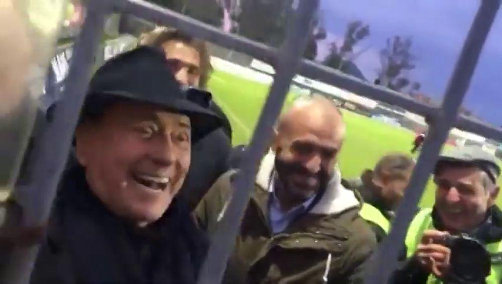 """Berlusconi, a unos hinchas del Milan: """"Os dejo, que me tengo de ir de putas"""""""