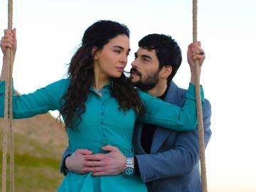 ¿Quiénes son Akin Akinozü y Ebru Sahin, los protagonistas de 'Hercai'?