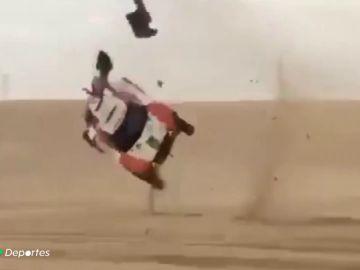Yasir Bin Seadian, compañero de Carlos Sainz en la Baja de Sharqiyah, sufre un brutal accidente en las dunas de Arabia previo al Dakar