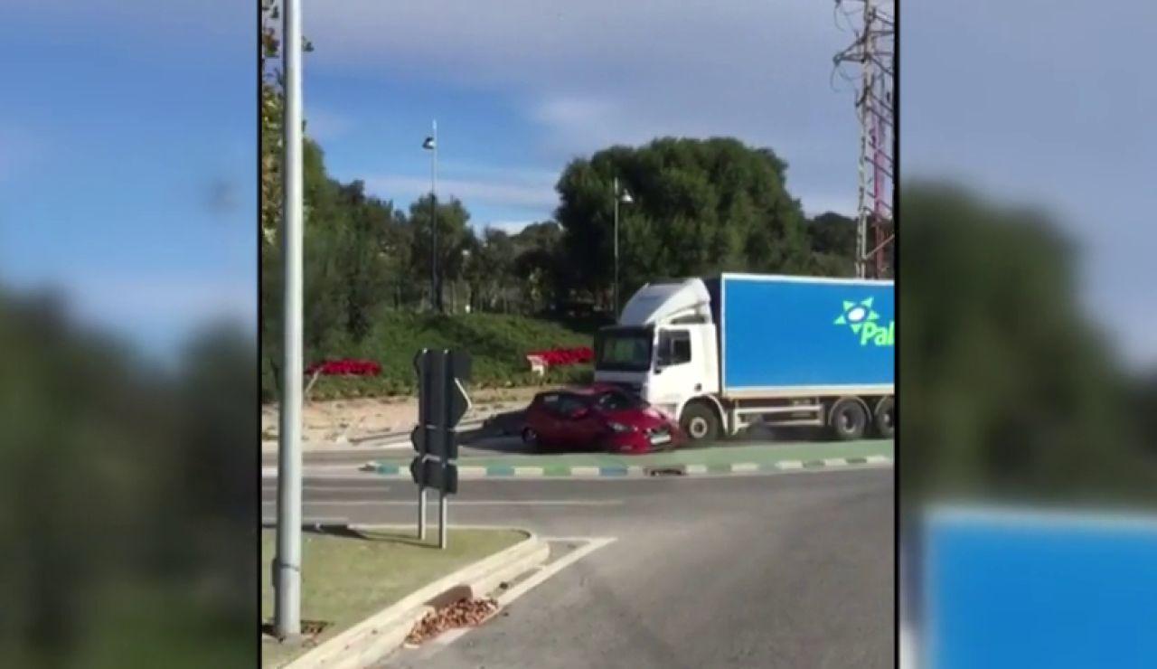 Un tráiler arrolla un vehículo y lo arrastra durante un kilómetro