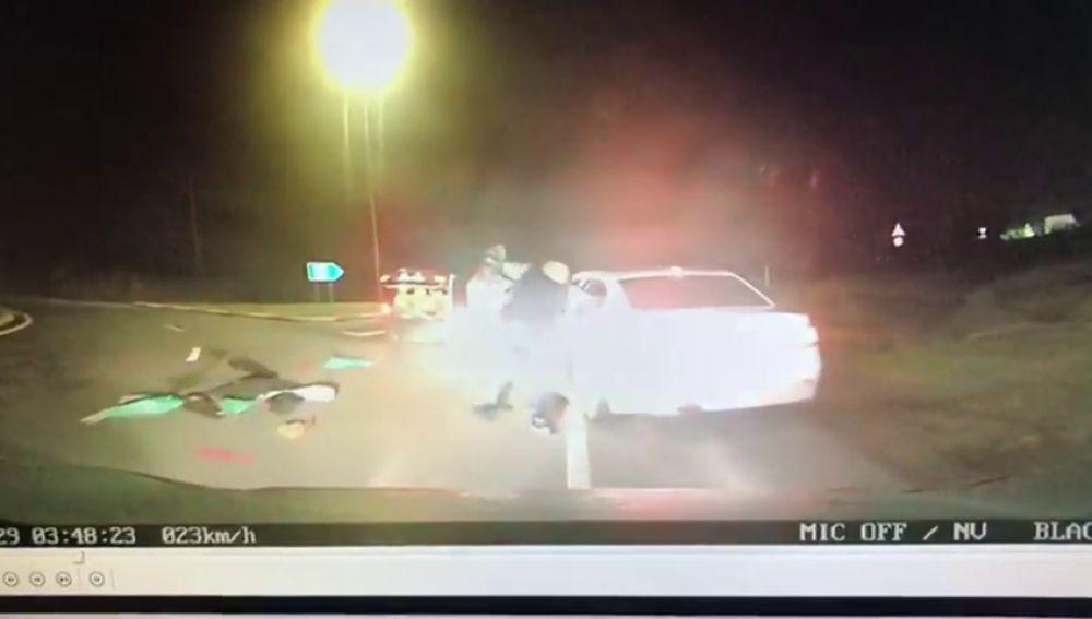 El vídeo del enésimo robo de jamones... dejando un rastro de embutidos por la carretera