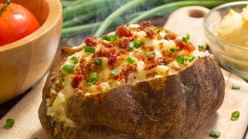 Patata rellena con queso gratinado