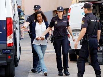 Agentes de la Policía Nacional llevan a la Audiencia provincial de Almería a Ana Julia Quezada.