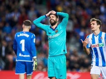 Gerard Piqué pide penalti por agarrón de Llorente