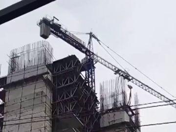 La inquietante imagen de una grúa de obra balanceándose contra unas casas en Filipinas por un terremoto de magnitud 6,8