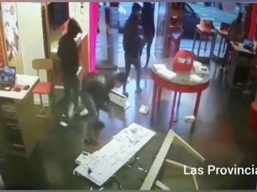 Roban una tienda de telefonía en apenas 35 segundos en Valencia