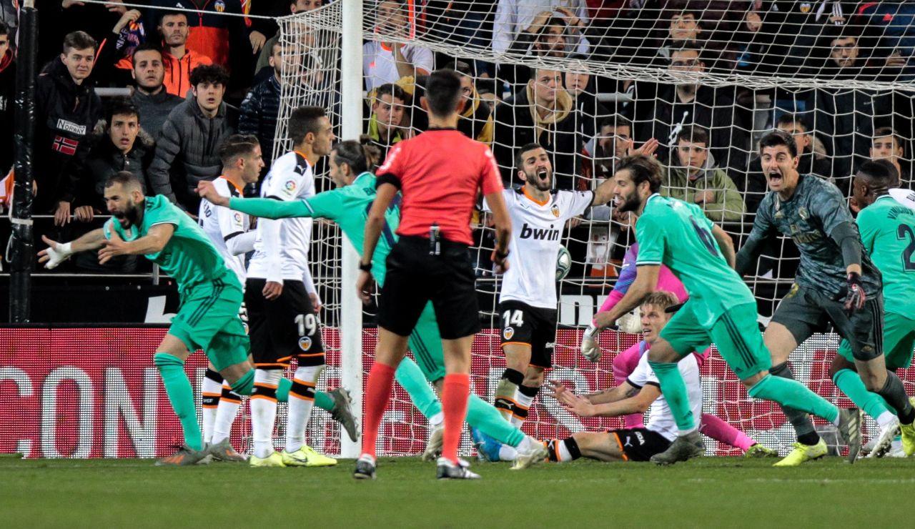 Benzema celebrando su gol contra el Valencia