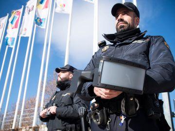 Policía Nacional con el sistema antidrones durante la Cumbre del Clima
