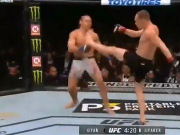 El luchador Petr Yan golpeando a su contrincante Urijah Faber