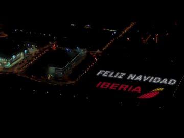 La Navidad, con altura: Iberia proyecta felicitaciones navideñas en Barajas para que sean vistas desde el avión