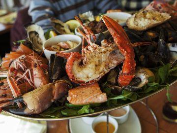 Imagen de archivo de un plato de marisco.