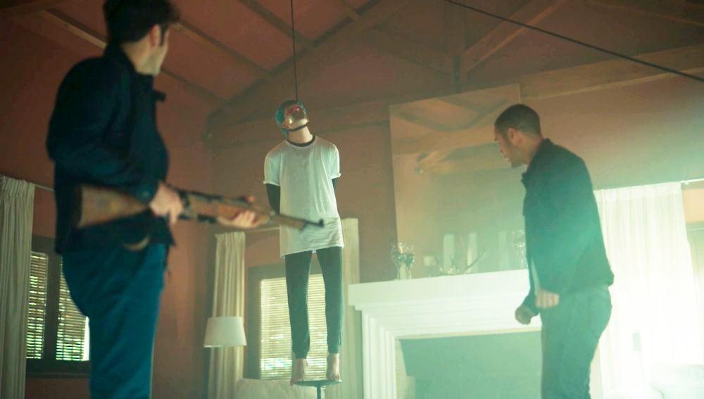 Un despiadado Mateo, a punto de matar a Hugo y a Andrea