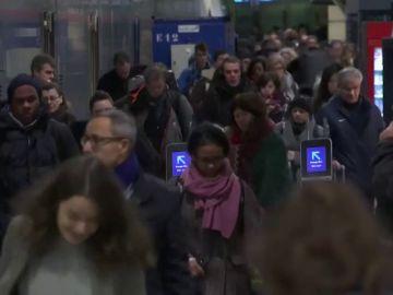 Manifestación en Paris en una jornada de huelga decisiva con las transportes colapsados, las aulas vacías y la Torre Eiffel cerrada