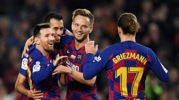Messi celebra un gol con Griezmann, Busquets y Rakitic