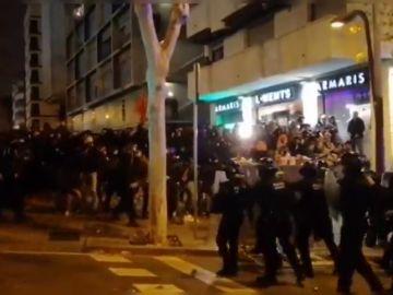 Los Mossos cargan para disolver una pelea multitudinaria entre miembros de Tsunami Democrátic y Boixos Nois en los aledaños del Camp Nou