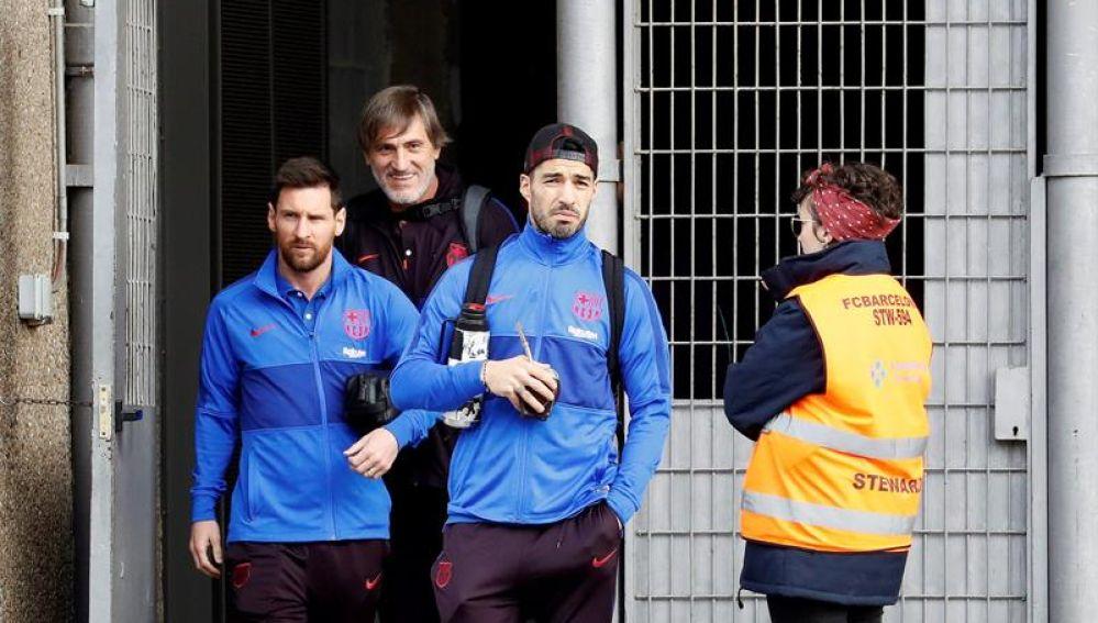 Leo Messi y Luis Suárez salen del Camp Nou