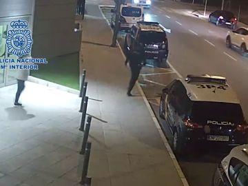 Un policía nacional salva a un niño de cuatro años de morir atragantado en Murcia