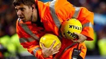 Barcelona - Real Madrid: Seguridad recoge balones lanzados al campo durante el Clásico