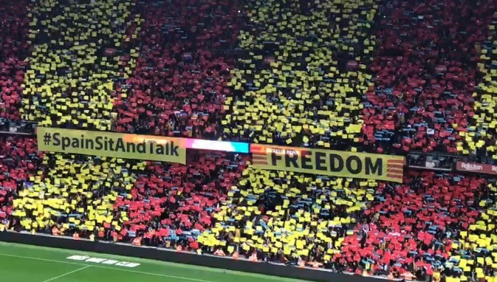 Las pancartas desplegadas en el Camp Nou