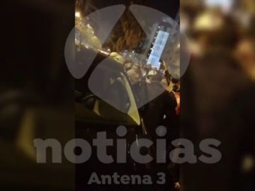 El momento en el que unos radicales impiden el paso a un vehículo que quería cruzar la protesta de Tsunami en Barcelona
