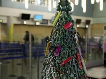 El árbol de Navidad más original está en Lituania: hecho con tijeras, navajas, balas y mecheros