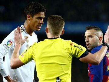 Varane protesta la jugada del posible penalti